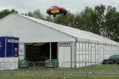 autosprong over feesttent
